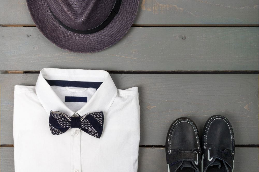 white shirt boatshoes and hat